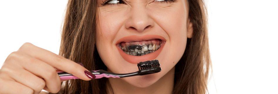 Aktivkohle für Zähne & Co.: Was bringt das schwarze Wundermittel?