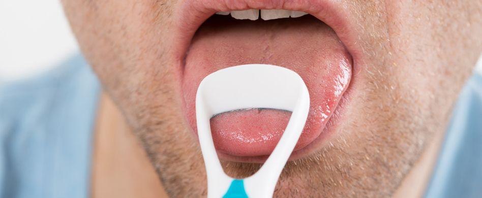 Zunge reinigen: Darum sind Zungenschaber und Co. so wichtig