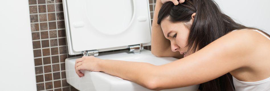 Lebensmittelvergiftung: Was tun, wenn der Bauch schmerzt?