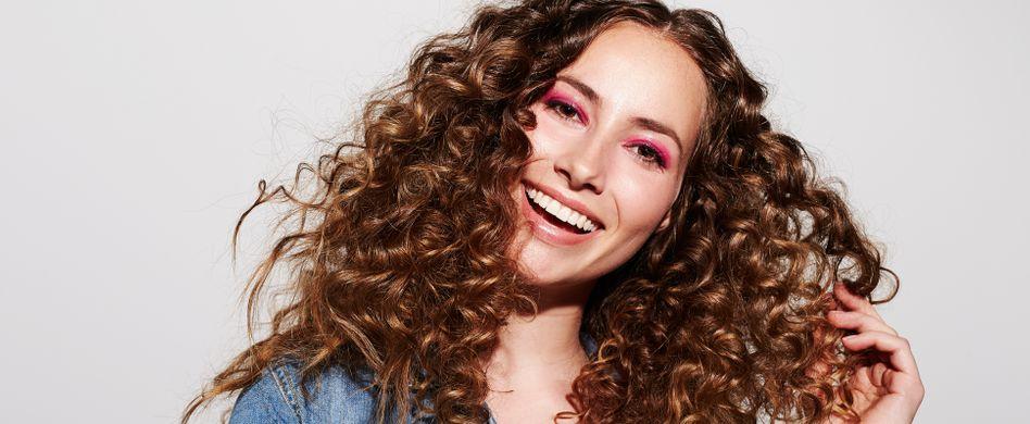 Lockige Haare pflegen: 3 Tipps für mehr Sprungkraft