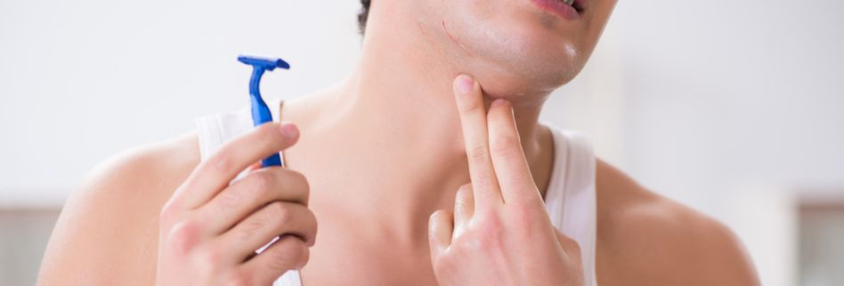 Beim Rasieren geschnitten: SOS-Maßnahmen für kleine Schnittwunden