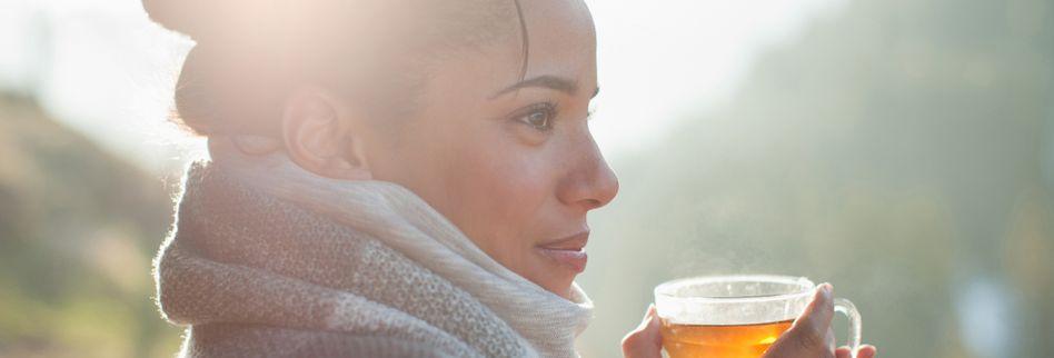 Flüssigkeitsverlust: Besser Heißes oder Kaltes trinken bei Hitze?