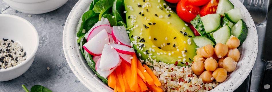 Superfood-Bowl mit Spinat und Kichererbsen