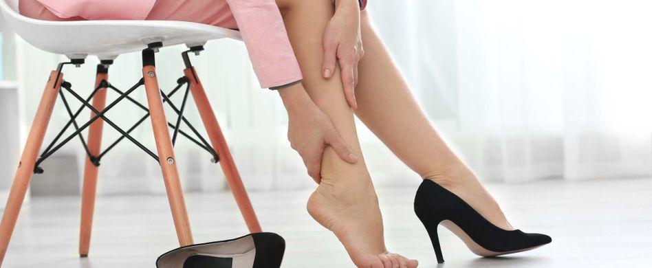 Geschwollene Füße bei Hitze: Ursachen und Tipps