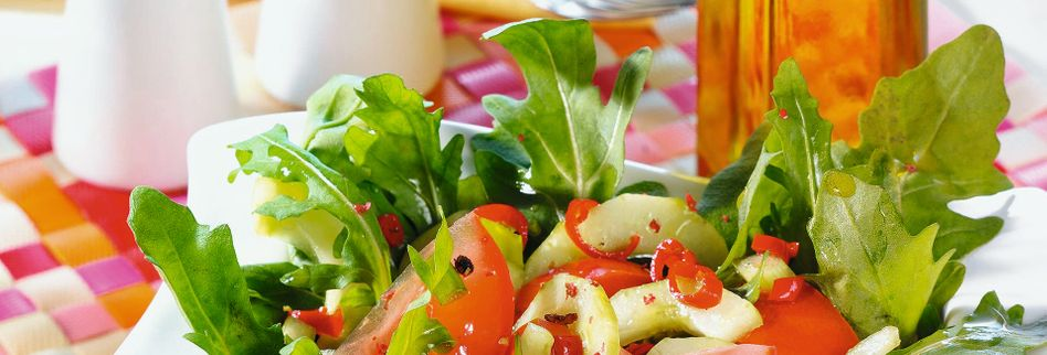 Tomaten-Gurken-Salat mit Rucola