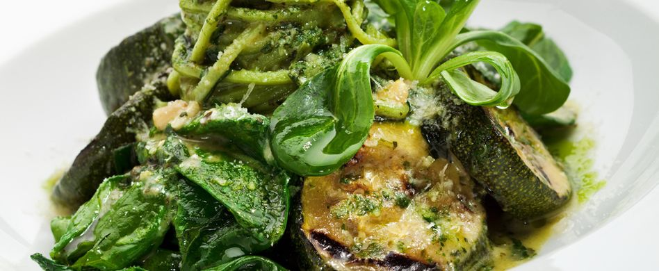 Gebratene Zucchini auf Pesto Nudeln