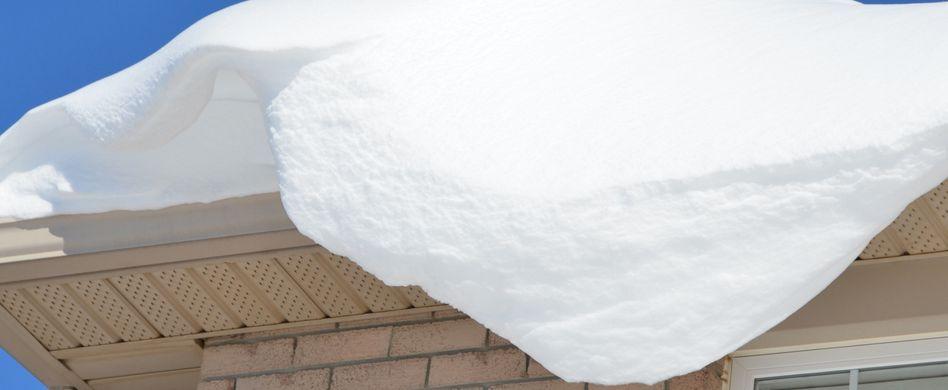 Vorsicht Dachlawinen: Wer haftet für Schäden?