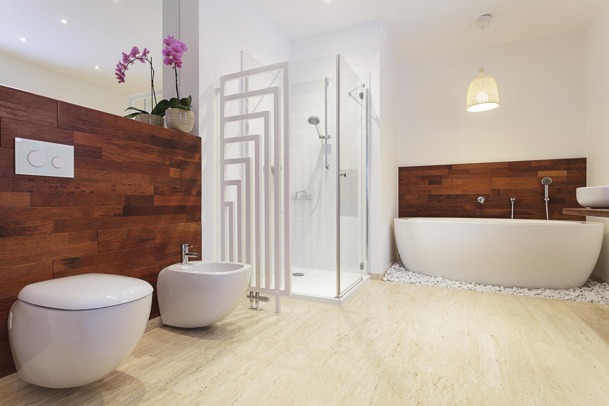 Helles Badezimmer ohne Fenster → So beleuchten Sie es richtig