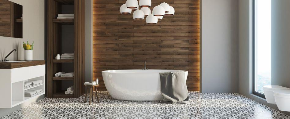 Bodenbelag im Bad: Was können Fliesen, Vinyl, Laminat und Co?
