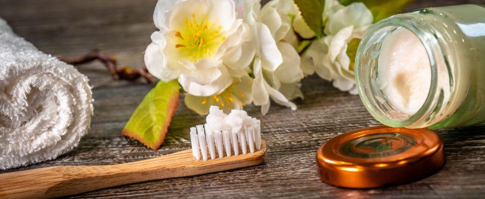 Zahnpasta selber machen: Mit einfachen Hausmitteln ohne Plastik