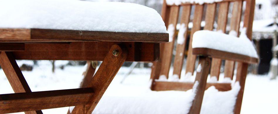 Gartenmöbel winterfest machen: Abdecken oder einlagern?