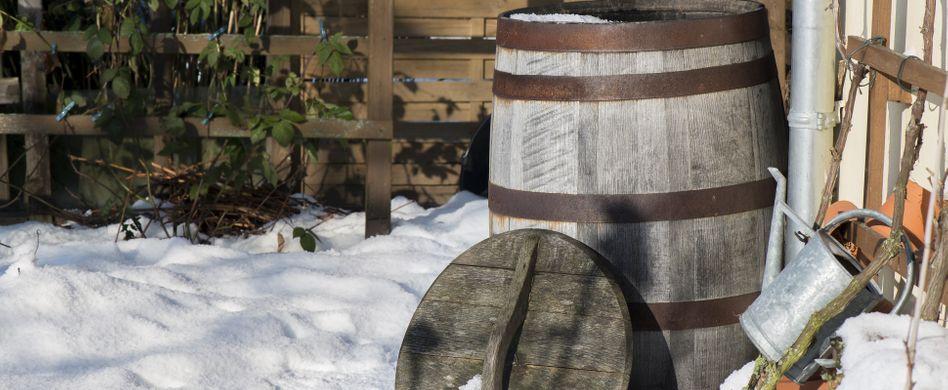 Regentonne frostsicher machen: Im Winter richtig schützen