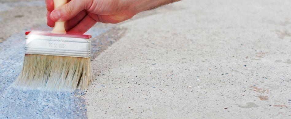Balkonboden streichen: Mit Zementfarbe den Untergrund schützen