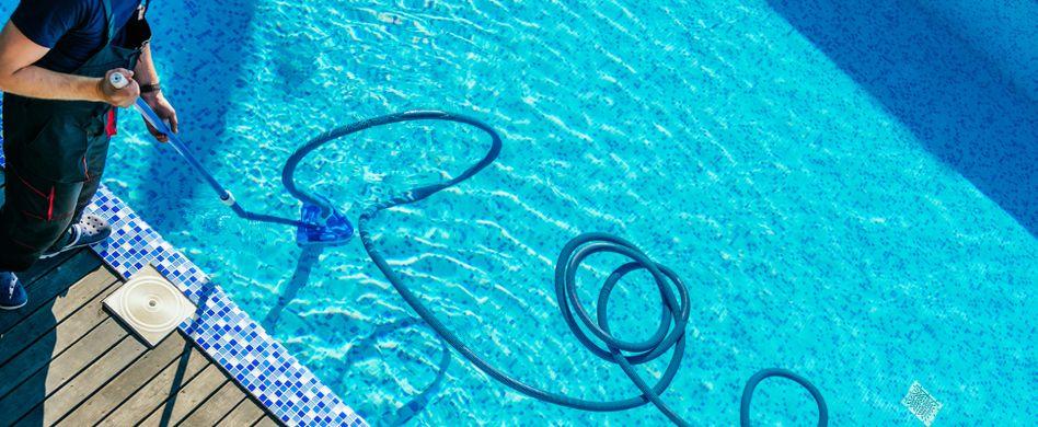 Poolpflege: Den Pool richtig reinigen und pflegen