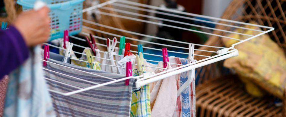 Wäsche in der Wohnung trocknen: Schimmelgefahr minimieren