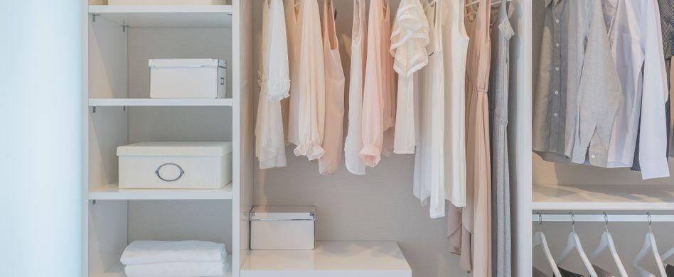 Kleiderschrank organisieren: 7 Lifehacks für mehr Ordnung