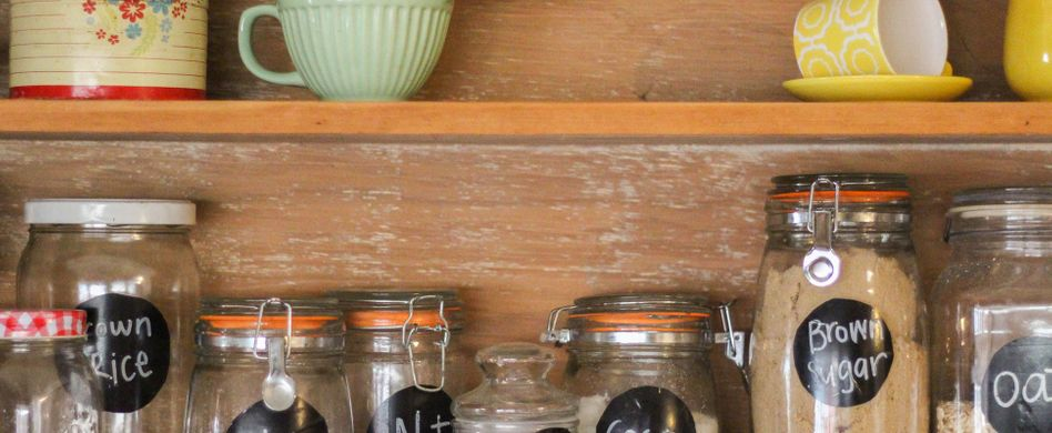 Küche einräumen: 5 Tipps für Ordnung in Schrank, Regal und Co.