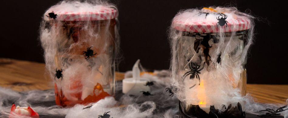 Halloween-Deko: So einfach basteln Sie schaurig schöne Spukgläser