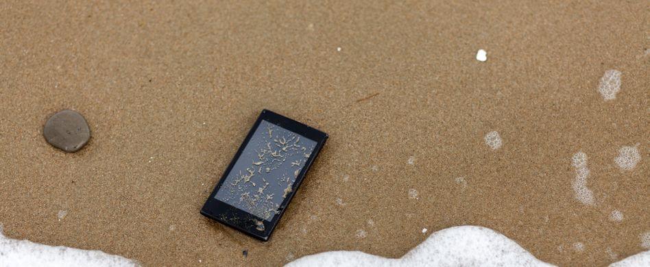 Handy ins Wasser gefallen: So retten Sie Ihr Smartphone