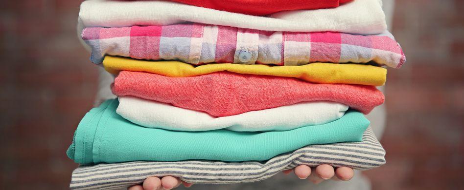 Kleidung falten: 3 Tipps für blitzschnelle Ordnung