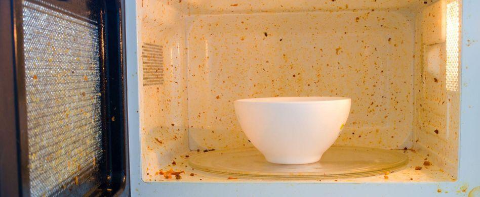 Am Inneren Ihrer Mikrowelle können Sie den Speiseplan der letzten Tage oder gar Wochen ablesen? Höchste Zeit für eine Reinigungsaktion! Hier erfahren Sie, wie Sie das Gerät im Handumdrehen blitzblank kriegen. Mit nur wenigen Zutaten – und ganz ohne Chemie.
