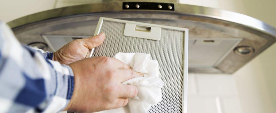 Die Dunstabzugshaube sorgt auch bei starken Kochgerüchen für gute Luft in der Küche. Damit Sie lange Freude an Ihrem Gerät haben, sollten Sie es regelmäßig reinigen. Das ist gar nicht so schwer.
