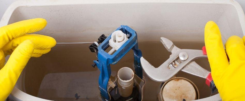 Das Wasser in der Toilette hört nicht auf zu tropfen? Dann ist vermutlich Kalk die Ursache.