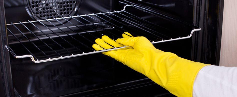 Krustig, klebrig, fettig – höchste Zeit, den Backofen zu reinigen. Aber muss es wirklich die chemische Keule sein, um hartnäckige Verschmutzungen loszuwerden? Nein! Mit bewährten Hausmitteln wie Backpulver, Essig und Co. bekommen Sie den Ofen sauber. Lesen Sie hier, wie es funktioniert.