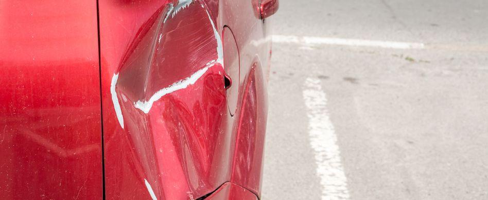 Auto schlecht eingeparkt: Wer haftet bei einem Unfall?