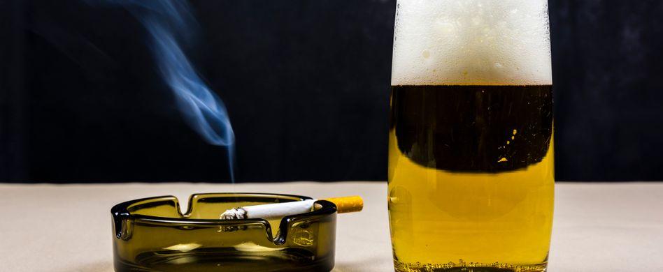 bier mit brennender zigarette