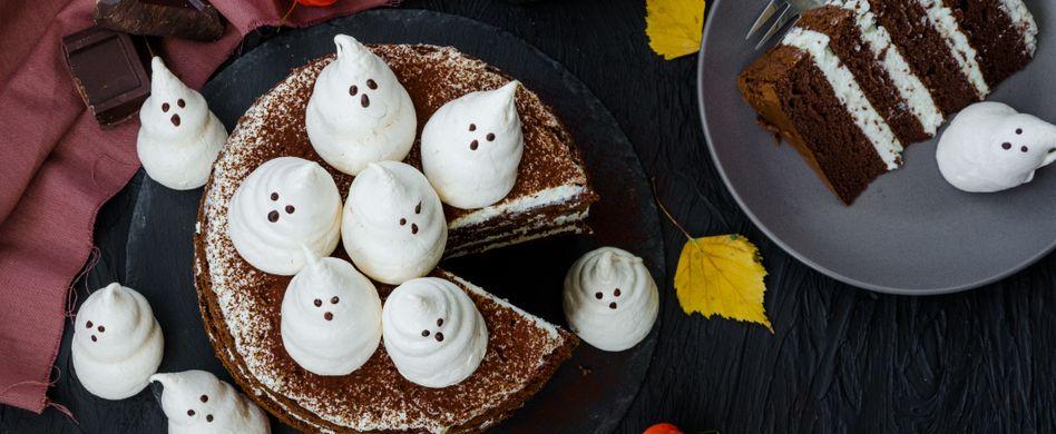 halloween torte mit kleinen baise geistern obendrauf